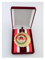 выпускнику школы медаль